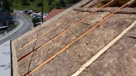 Izoliranje strehe med špirovci pred pokrivanjem