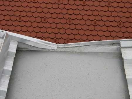 Pogled na sosednjo streho pokrito z bobrovcem