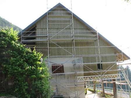 Že zmontirana lesena fasada s fasadnim odrom