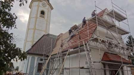 Sočasno s streho smo s fasadnim odrom obnovili tudi pročelje cerkve